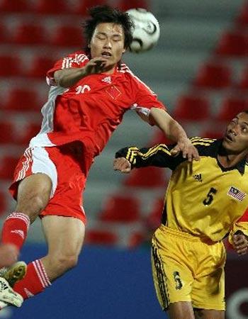 图文:男足3-1马来西亚队 双方球员争顶