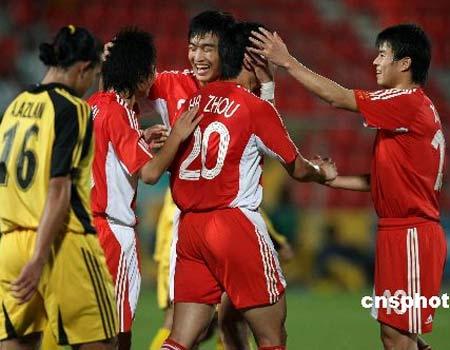 图文:男足3-1马来西亚队 队员庆祝胜利