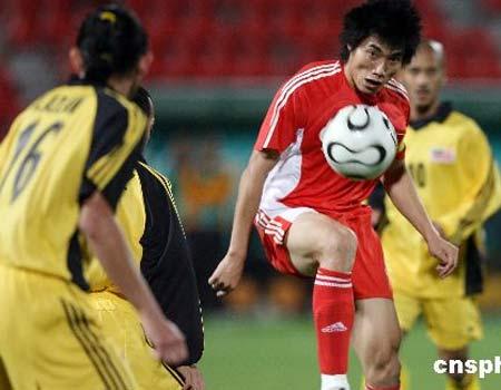 图文:男足3-1马来西亚队 郑智带球突破