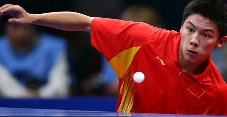 图文:中国男乒卫冕团体冠军 小将陈�^投入进攻