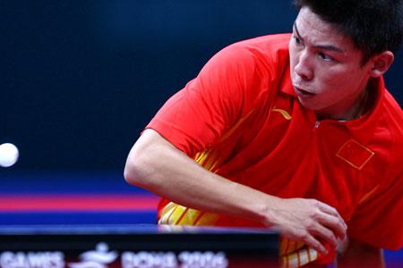 图文:中国男乒卫冕团体冠军 小将陈�^全力进攻