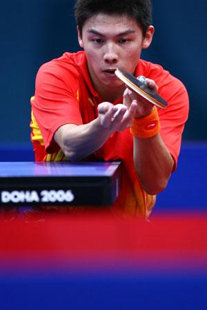图文:中国男乒卫冕团体冠军 小将陈�^准备发球