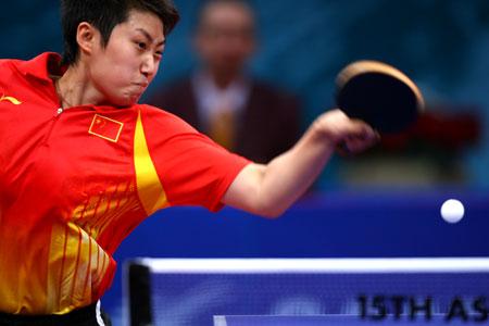 图文:中国女乒夺得团体冠军 小将郭跃反手回球