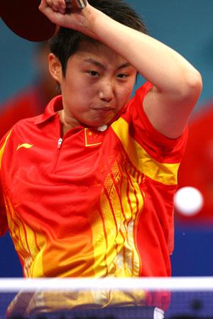图文:中国女乒夺得团体冠军 小将郭跃大力抽杀