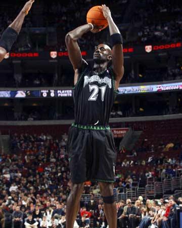 NBA图:森林狼VS76人 加内特轻松跳投