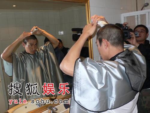 刘德华为电影《刺马》剃头 落发寒冷刺骨(图)