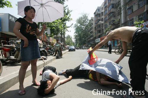 斗殴之后双方并躺马路上表清白(1张)
