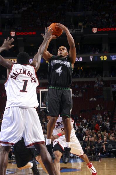 NBA图:森林狼客场灭76人 戴勒姆波特防守