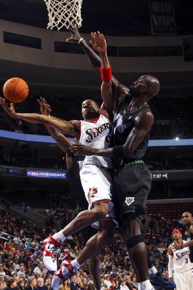 NBA图:森林狼客场灭76人 狼王篮下奋命封盖