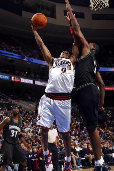 NBA图:森林狼客场灭76人 伊戈达拉低手上篮