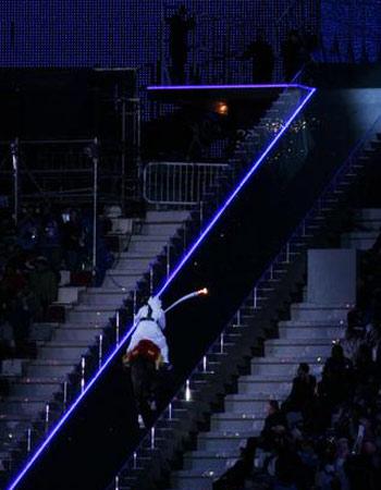 图文:多哈亚运开幕式 向上攀登的勇士
