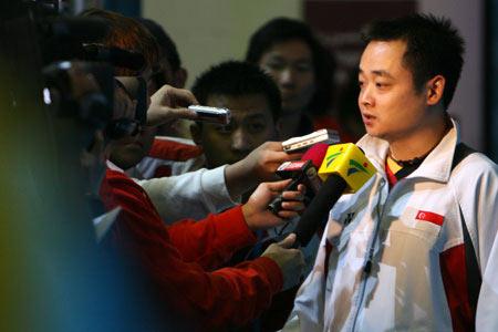 图文:中国女乒获亚运团体冠军 刘国栋接受采访