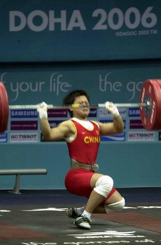 图文:女举63公斤 中国选手欧阳晓芳比赛中