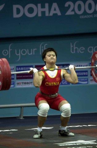 图文:女举63公斤 中国选手欧阳晓芳进行挺举