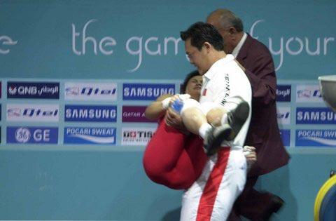 图文:女举63公斤 欧阳晓芳受伤被教练抱下场