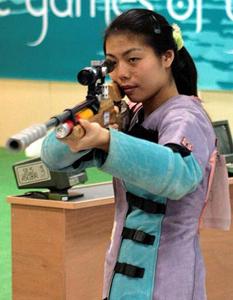 图文:女子移动靶标准速比赛 徐�Q在比赛中