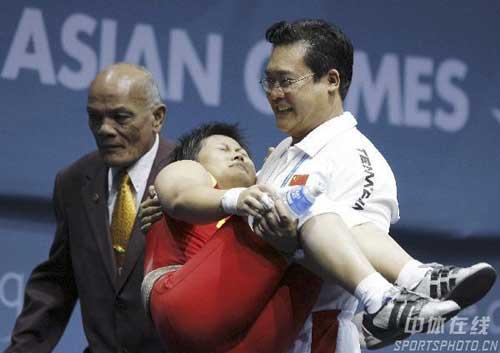 图文:欧阳晓芳因伤退出屈居亚军 被教练抱下