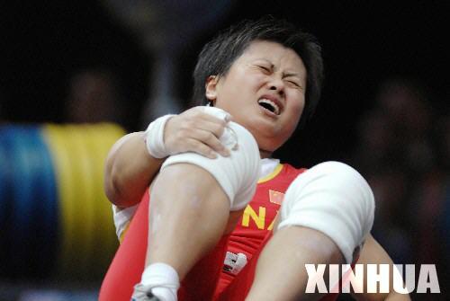 图文:亚运举重 欧阳晓芳意外受伤无缘金牌