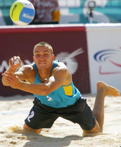 沙滩排球小组赛 哈萨克斯坦队员奋力救球