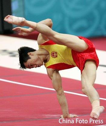 图文:杨威摘男子个人全能金牌 自由体操赛中