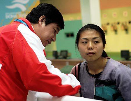 图文:女子10米移动靶个人赛 徐�Q和王义夫交流