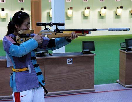 图文:亚运女子10米移动靶个人赛 徐翾在比赛中