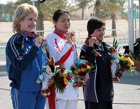 图文:女子10米移动靶个人赛 前三名赛后合影