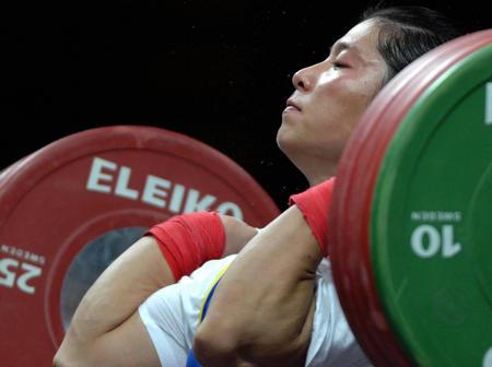 图文:女子举重69公斤级决赛 刘海霞在比赛中