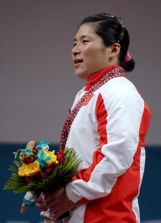图文:女子举重69公斤级决赛 刘海霞在领奖台上