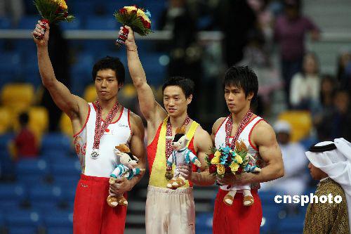 图文:男子体操个人全能杨威夺冠 领奖台上合影
