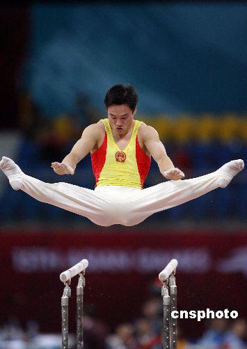 图文:男子体操个人全能杨威夺冠 双杠比赛瞬间