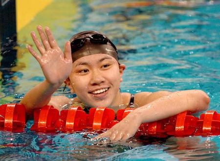 图文:亚运女子400米自由泳 杨洁俏向观众致意