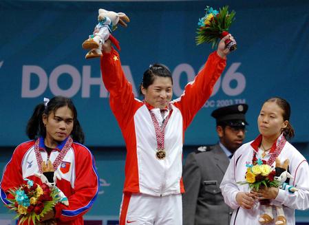图文:女子举重69公斤级决赛 刘海霞在颁奖台上