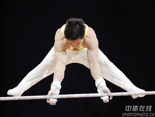 图文:夺得体操个人全能金牌 杨威在单杠比赛中