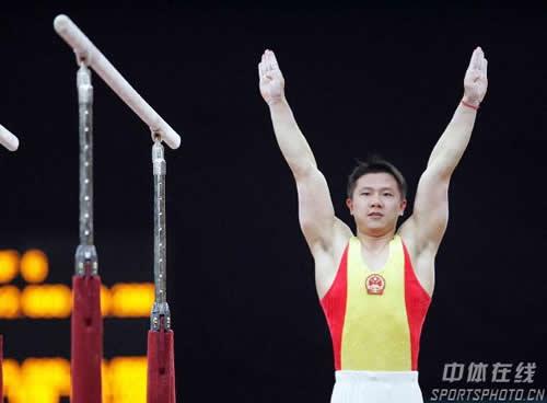 图文:男子体操个人全能 杨威夺冠陈一冰第四