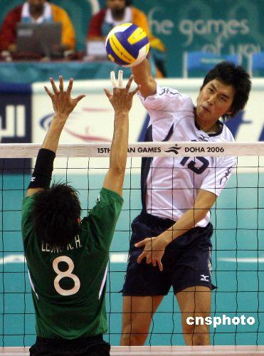 图文:男子排球中国香港战胜中国澳门 大力扣球