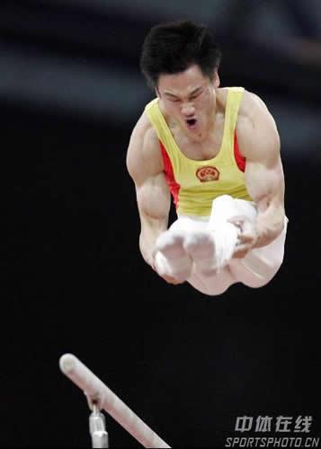 图文:摘得体操个人全能金牌 杨威双杠比赛雄姿