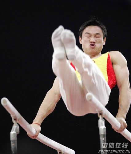 图文:摘得男子个人全能金牌 杨威在双杠比赛中
