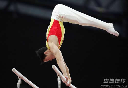 图文:体操男子全能夺冠 杨威为中国摘得第32金