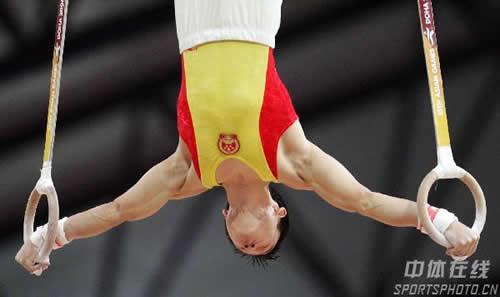 图文:杨威卫冕个人全能冠军 吊环动作近乎完美