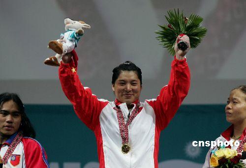 图文:女子举重69公斤级刘海霞夺冠 登上领奖台