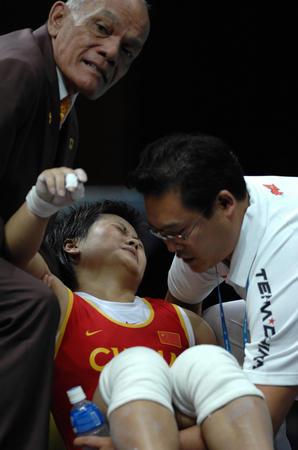 图文:欧阳晓芳意外受伤获银牌 被教练抬出场地