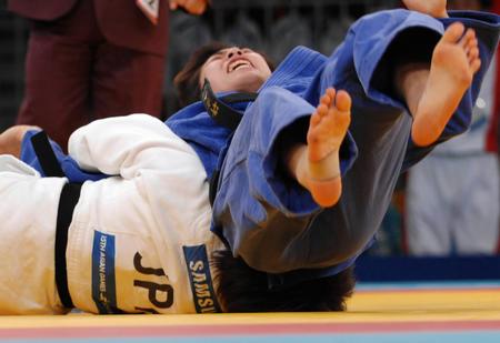 图文:女子柔道57公斤级 许岩战胜佐藤爱子