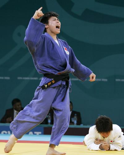 图文:勇夺柔道-57kg金牌 许岩令日本对手臣服