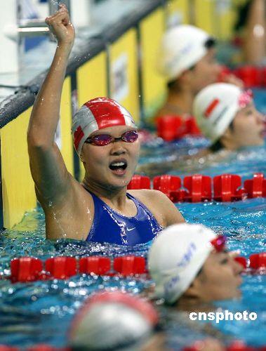 图文:女子50米仰泳赵菁摘金高畅挂银 庆祝胜利
