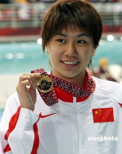 图文:女子400米自由泳杨洁俏夺冠 登上领奖台