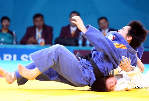 图文:柔道女子57公斤级许岩称王 将对手压倒