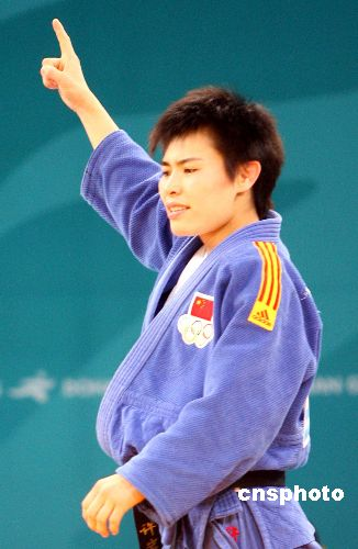 图文:柔道女子57公斤级许岩称王 绝对优势取胜
