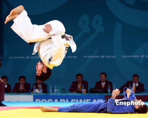 图文:柔道男子66公斤级蒙古选手摘金 空翻庆祝