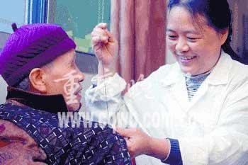 福利院护理员为给老人多些爱 无奈选择离婚(图)